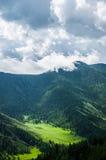 Paesaggio della montagna con una vista dell'occhio del ` s dell'uccello Fotografia Stock