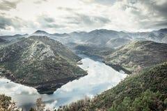 Paesaggio della montagna del Montenegro intorno alla curva del fiume di Rijeka Crnojevica dall'alta vista Fotografia Stock