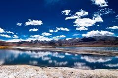 Paesaggio della montagna dell'Himalaya con il TSO Kar del lago di sale Fotografia Stock Libera da Diritti
