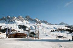 Paesaggio della montagna della neve (ski-lift, pendio) Immagini Stock Libere da Diritti