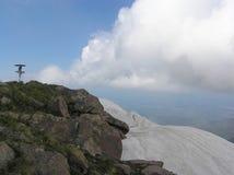 Paesaggio della montagna della primavera con una vista della città al piede Fotografie Stock Libere da Diritti