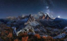 Paesaggio della montagna delle alpi con cielo notturno ed il modo di Mliky, Tre Cime d Fotografia Stock