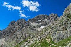 Paesaggio della montagna delle alpi di estate Immagine Stock