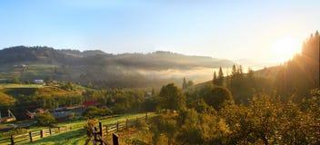 Paesaggio della montagna di aumento di Sun fotografia stock libera da diritti
