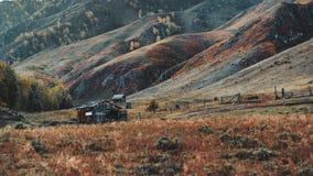 Paesaggio della montagna di caduta con una baracca fotografie stock