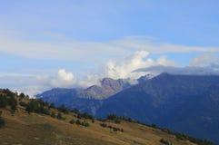 Paesaggio della montagna di estate con le nuvole Fotografie Stock