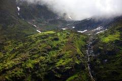 Paesaggio della montagna di estate nelle alpi di Transylvanian, con le nuvole piovose nebbiose Fotografia Stock Libera da Diritti