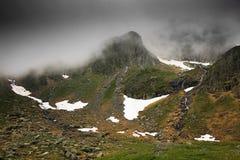 Paesaggio della montagna di estate nelle alpi di Transylvanian, con le nuvole piovose nebbiose Fotografia Stock