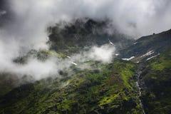 Paesaggio della montagna di estate nelle alpi di Transylvanian, con le nuvole piovose nebbiose Immagine Stock Libera da Diritti