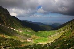 Paesaggio della montagna di estate nelle alpi di Transylvanian, con le nuvole tempestose Fotografia Stock