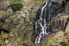 Paesaggio della montagna di estate nelle alpi di Transylvanian, con una piccola cascata Fotografia Stock