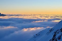 Paesaggio della montagna di inverno al tramonto Fotografia Stock Libera da Diritti