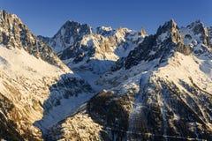 Paesaggio della montagna di inverno al tramonto in alpi Immagini Stock