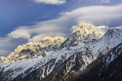 Paesaggio della montagna di inverno al tramonto in alpi Fotografia Stock