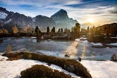 Paesaggio della montagna di inverno con il lago congelato nella parte anteriore Fotografia Stock Libera da Diritti