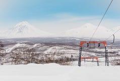 Paesaggio della montagna di inverno con la pista di sci Immagine Stock