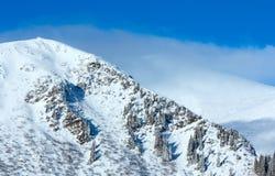 Paesaggio della montagna di inverno di mattina immagini stock