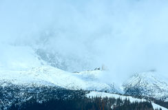 Paesaggio della montagna di inverno di mattina (Tatranska Lomnica, Slovacchia) Immagine Stock