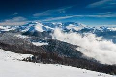 Paesaggio della montagna di inverno e picchi innevati in Europa Immagini Stock