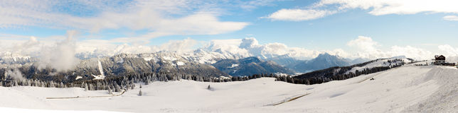 Paesaggio della montagna di inverno nelle alpi francesi Immagine Stock