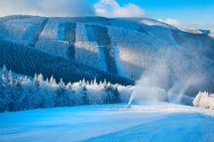 Paesaggio della montagna di inverno, pistola della neve Immagini Stock