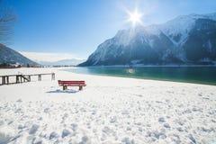 Paesaggio della montagna di inverno un giorno soleggiato Fotografia Stock