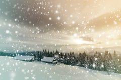 Paesaggio della montagna di inverno Vecchie case di legno su schiarimento nevoso sul fondo della cresta della montagna, della for fotografia stock libera da diritti