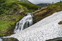 Paesaggio della montagna di Kamchatka: bella cascata Paesaggio di estate di Kamchatka immagine stock libera da diritti