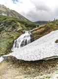 Paesaggio della montagna di Kamchatka: bella cascata Paesaggio di estate di Kamchatka immagini stock libere da diritti