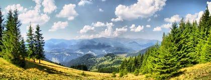 Paesaggio della montagna di luce del giorno fotografia stock libera da diritti