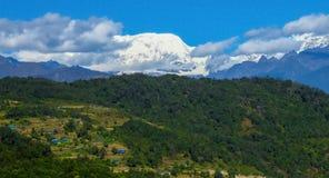 Paesaggio della montagna di Makalu, risaie e foreste nella priorità alta, Nepal fotografie stock