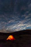 Paesaggio della montagna di notte con la tenda illuminata Fotografie Stock Libere da Diritti