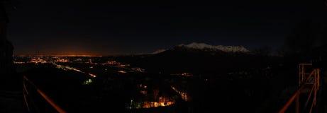 Paesaggio della montagna di notte panoramico fotografie stock libere da diritti