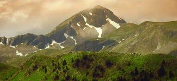 Paesaggio della montagna di panorama al crepuscolo Immagine Stock