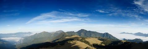 Paesaggio della montagna di panorama con la SK blu Fotografia Stock Libera da Diritti