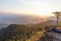 Paesaggio della montagna di primo mattino con nebbia a Umphang Provincia di Mae Hong Son, Tailandia fotografie stock