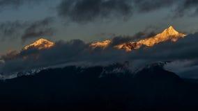 Paesaggio della montagna di quattro ragazze Immagine Stock