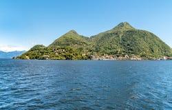 Paesaggio della montagna di Sasso del Ferro che aumenta sopra la città di Laveno Mombello, Italia Immagini Stock Libere da Diritti