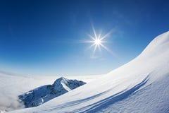 Paesaggio della montagna di Snowy in un chiaro giorno di inverno. Fotografia Stock