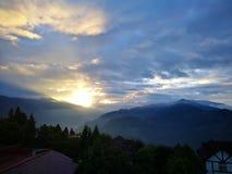Paesaggio della montagna di Sunsise della nuvola di mattina fotografia stock