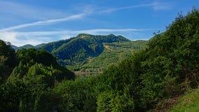 Paesaggio della montagna di Transylvanian su una mattina soleggiata i immagine stock