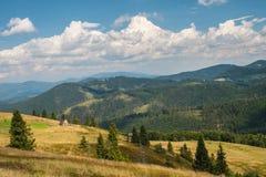Paesaggio della montagna durante le vacanze estive immagini stock