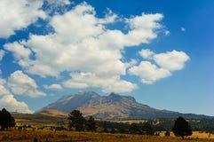 Paesaggio della montagna e del cielo nuvoloso Fotografie Stock Libere da Diritti