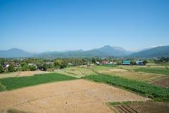 Paesaggio della montagna e dell'azienda agricola Immagini Stock