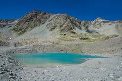 Paesaggio della montagna e delle rocce con il lago turquoise Fotografia Stock Libera da Diritti