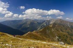 Paesaggio della montagna e la gente sulla traccia Fotografie Stock Libere da Diritti