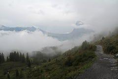 Paesaggio della montagna, giorno piovoso d'altezza nelle alpi svizzere Immagine Stock Libera da Diritti