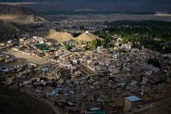 Paesaggio della montagna intorno al distretto di Leh con l'aeroplano nel cielo, Ladakh, nello stato indiano del nord del Jammu e  Immagini Stock