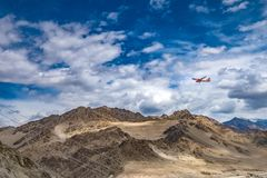Paesaggio della montagna intorno al distretto di Leh con l'aeroplano nel cielo, Ladakh, nello stato indiano del nord del Jammu e  Fotografia Stock