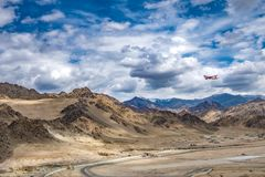 Paesaggio della montagna intorno al distretto di Leh con l'aeroplano nel cielo, Ladakh, nello stato indiano del nord del Jammu e  Fotografia Stock Libera da Diritti